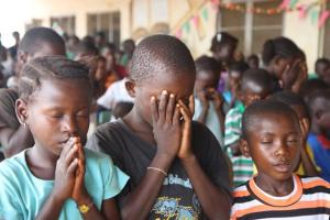 Christian children in Liberia praying today Image: Christianexaminer.com